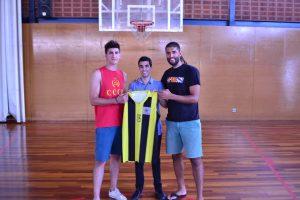 L'entrenador, Gerard Encuentra, amb els seus dos nous jugadors.